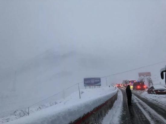 巴士外,积雪的折多山路。受访者供图
