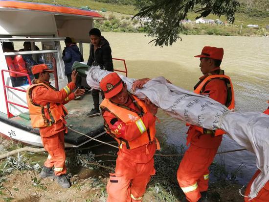 西藏森林消防总队昌都支队江达中队人员正在使用轮船运送救灾物资。通讯员夏明勇 摄