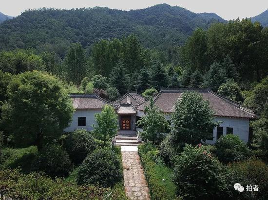 ▲在山水掩映处,是一栋连体仿古别墅。