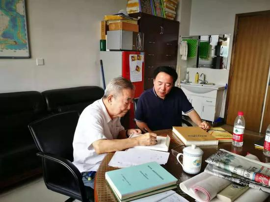 邓起东先生(左)工作照。受访者供图