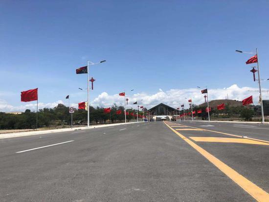 """""""独立大道""""两边飘起中巴两国国旗 (陈振凯摄)"""