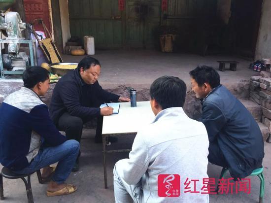 ▲工作中的李忠凯,照片中的黑发是染发所致 大姚县委宣传部供图