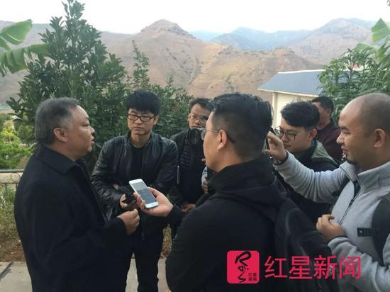 ▲李忠凯走红网络,被媒体围住采访 图片来源:红星新闻