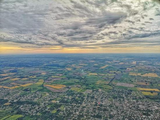 从飞机上俯瞰布宜诺斯艾利斯和拉普拉塔河南岸。(新华社记者王晔摄)
