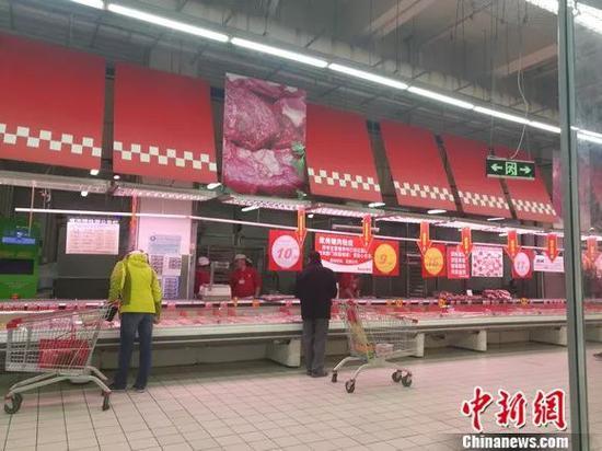 图为超市里的猪肉区。 谢艺不益看 摄