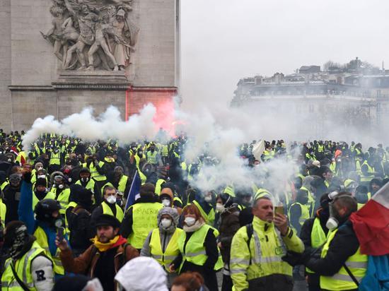 荟萃在凯旋门附近的示威者(图源:路透社)