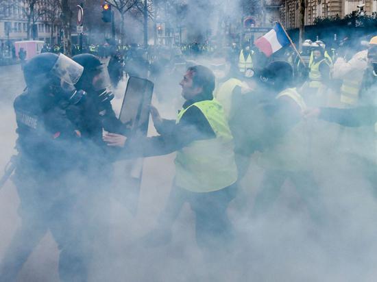 巴黎警方与示威者对峙冲突(图源:天空消息网)