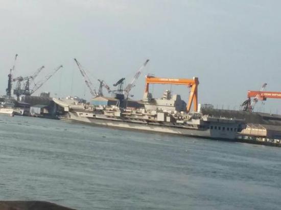 """11月份的印度海军""""维克兰特号航母 和17年没什么不同……图源:外交媒体"""