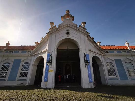 △克鲁斯宫始建于1747年,原本是葡萄牙国王佩德罗四世的夏宫,它被认为是欧洲设计的最后一座伟大的洛可可式建筑。1910年,被列入葡萄牙国家遗产名录。1940年,它开始作为博物馆对公众开放。(央视记者张晓鹏拍摄)