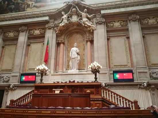 △这是议会全会厅的共和女神雕像。习近平在罗德里格斯议长陪同下在这里合影留念。(央视记者杨立峰拍摄)