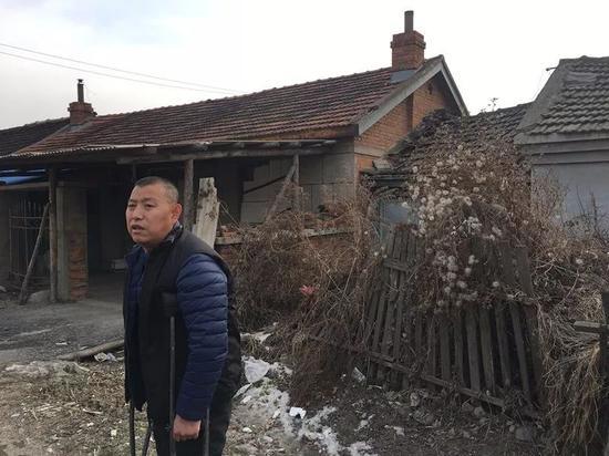 ▷金哲宏站在母亲的老屋前