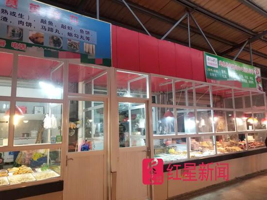中间未挂牌店铺为陈某所开鱼丸店。图片来源:红星音信