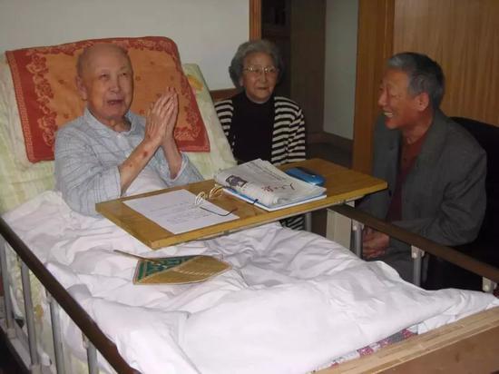 △2004年12月10日,孙家栋拜看恩师钱学森。