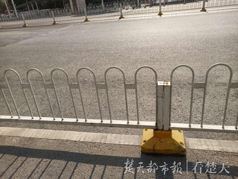 宝马车当时停在护栏外
