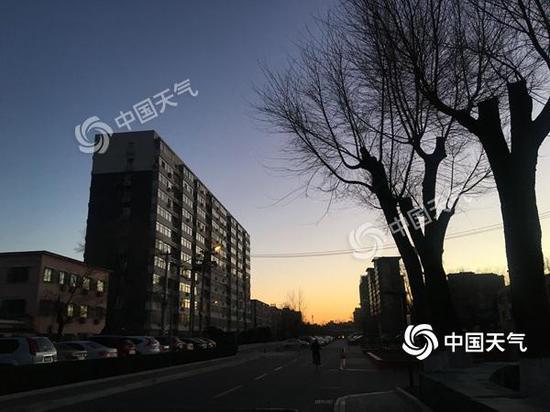 今晨,北京天空云量较少。