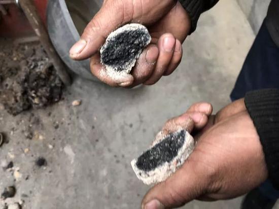 ▷村民掰开未十足燃烧的煤球