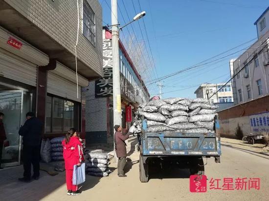 ▲如许的运煤车每天穿梭在弯阳的大街幼巷内。