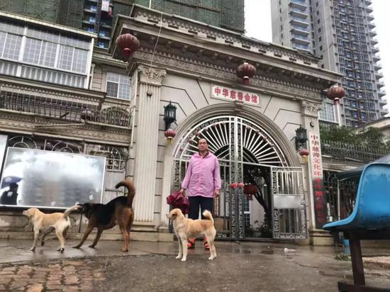 ▷涂汉江将别墅用作其慈善运动的主要场所,别墅后的高楼为拆迁还建房