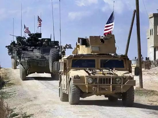 原料图,美军巡逻车队走驶在叙利亚北部城镇曼比季野外。(新华/美联)