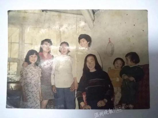 (有女儿的唯逐一张照片,穿绿毛衣侧脸的就是以前走失前的陈蓓)