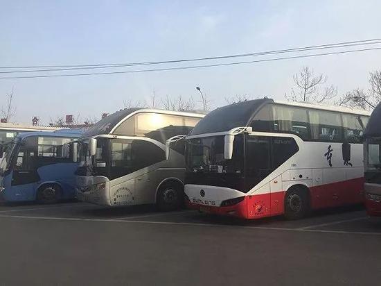 会场表整齐排列的来自各地的大巴车