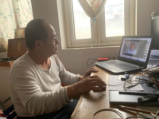文万成在电脑前。新京报记者赵蕾摄