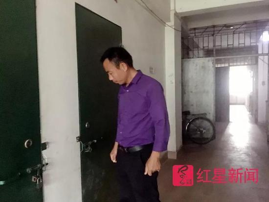 ▲10月25日,申军良在以前租住的出租屋前。2005年1月4日,其子申聪在此被人贩子抢走。