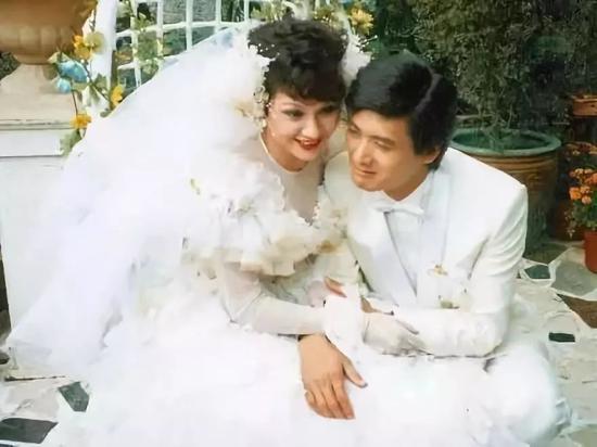 周润发与余安安结婚照。