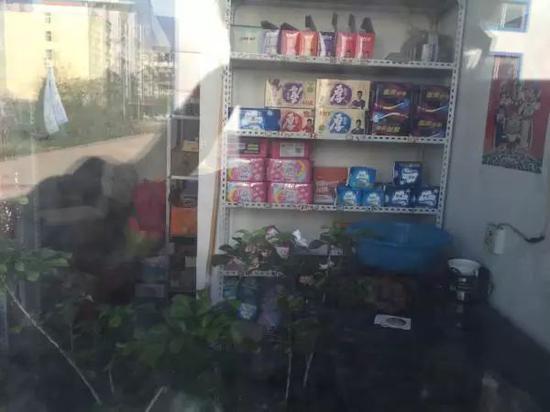 △私塾内的幼卖部透过幼窗子能望到生活用品。