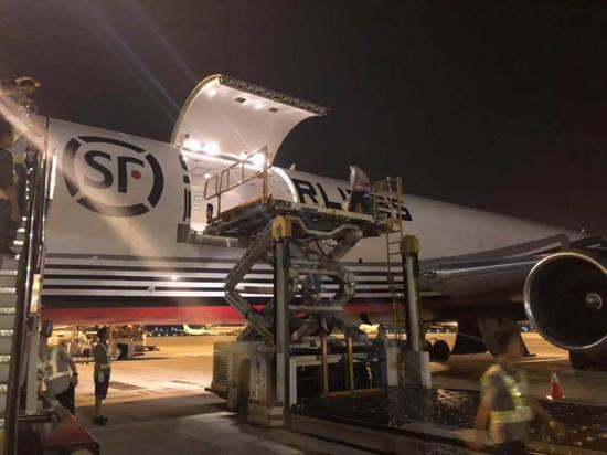 顺丰飞往印度的货运包机 刘育英 摄