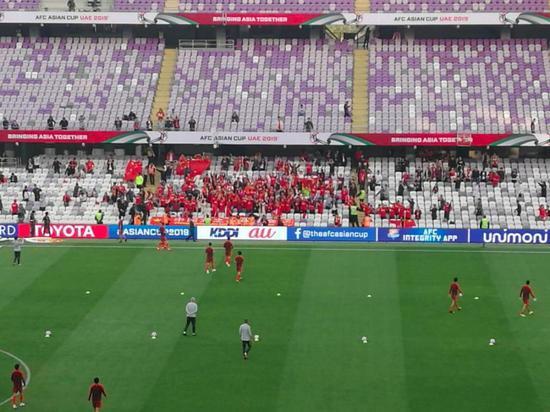赛前国足专门准备了几个足球送给看台上远道而来的球迷。中国青年报⋅中青在线特派记者 郭剑 摄