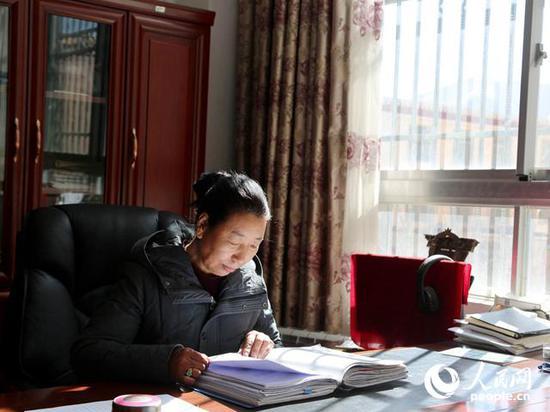 格桑卓嘎在办公室翻阅文件。 (吴雨仁 摄)