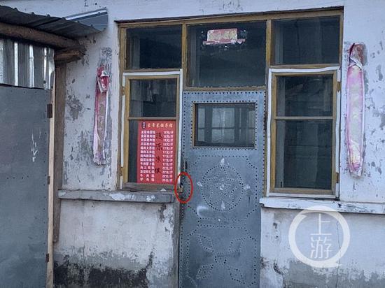 △3月3日,铁锁把门的王磊家。摄影/ 记者张莹