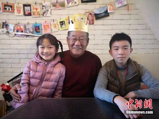 李佳洲和家人。受访者供图