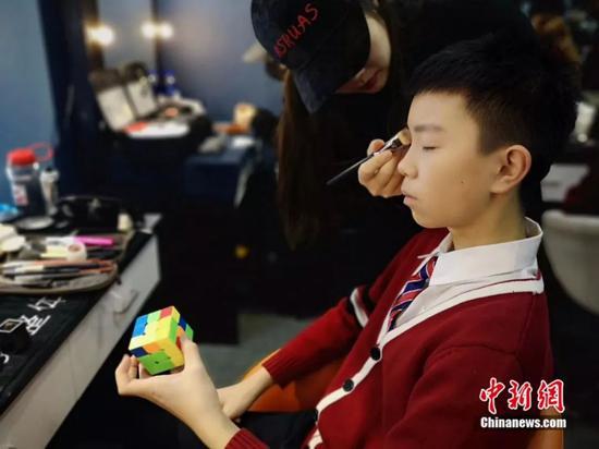 化妆师为李佳洲化妆。受访者供图