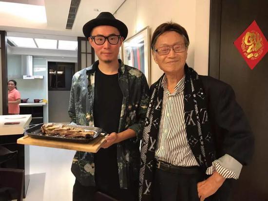 傅达仁(右)和儿子在一起。受访者供图