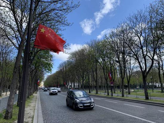 △巴黎玛丽格尼大街上的中国国旗(央视记者段德文拍摄)