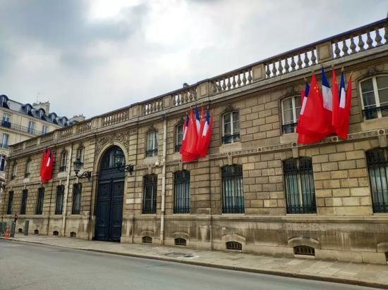 △法国总统官邸爱丽舍宫悬挂中国国旗。(央视记者耿小龙拍摄)
