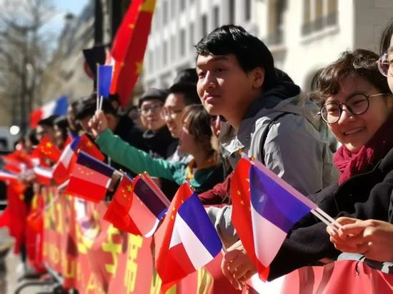 △香榭丽舍大街沿途两侧欢迎习近平的人群。(央视记者张晓鹏拍摄)