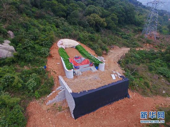 福州市长乐区?#19978;?#38215;境内一处新建坟墓被织物覆盖(3月14日无人机拍摄)。新华社记者 姜克红 摄