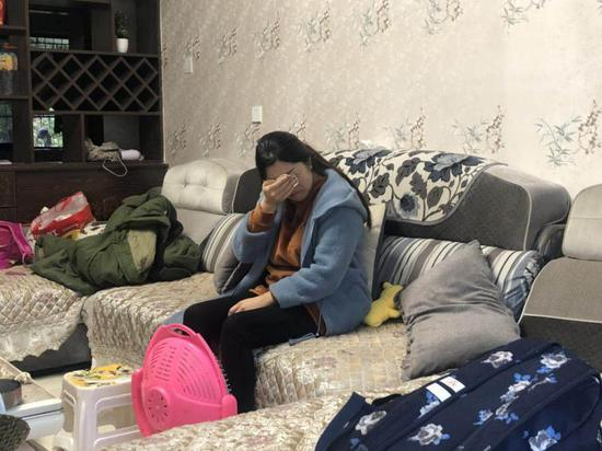 张月月的母亲李娟一说起女儿犯的事就掩面哭泣,自责不已