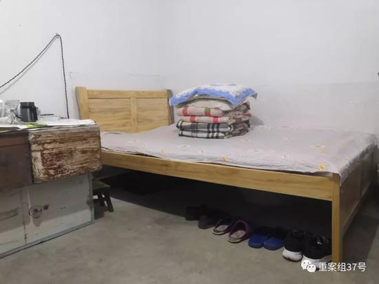 ▲邹平在宿舍的床铺。  新京报记者 程亚龙 摄