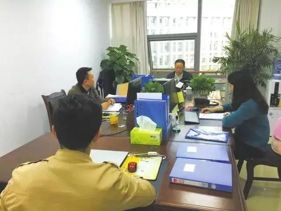 遂宁市纪委监委四室的同志们在讨论案情
