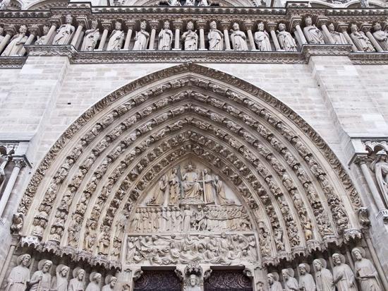 巴黎圣母院西侧中庭图片来源:维基百科