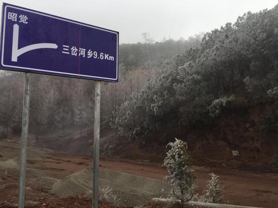 △这是去往三河村的土路,拍摄于总书记考察当天。