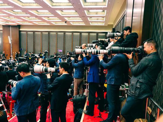 △記者會現場的各國攝影記者。(央視記者李曉周拍攝)