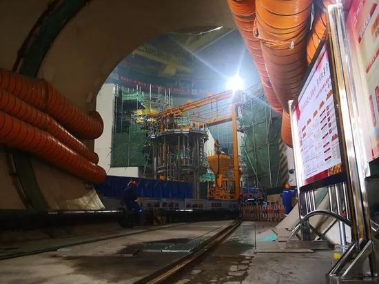 """正在福清建设的""""华龙一号""""核岛内部场景。摄影/李晓翔"""