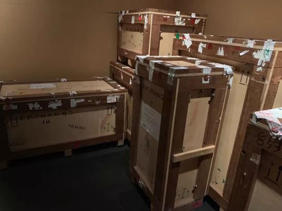 贴满箱子的白色纸条,是珍宝辗转各国的通关标签