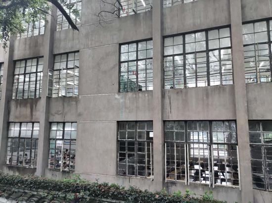 5月13日,位于图中右下方的上饶五小三年级(1)班原教室黑着灯,空空荡荡。 新京报记者 康佳 摄