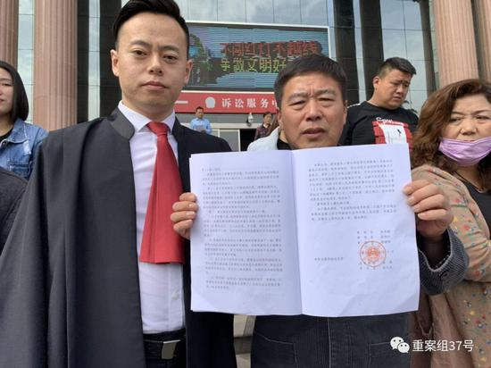 已服刑15年出狱的曹红彬(中)13日下午在禹州法院领到无罪判决。左一为其辩护人之一张旭华。 受访者供图
